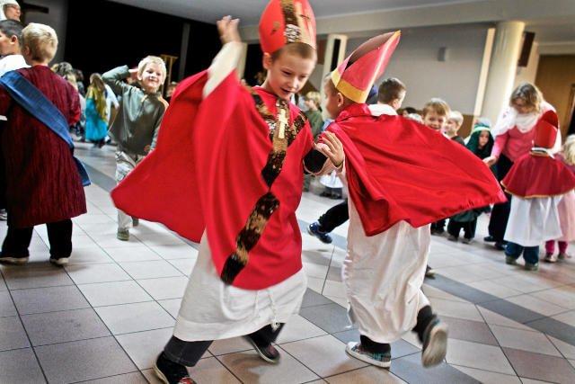 Do niedawna bale Wszystkich Świętych organizowane były w szkołach katolickich. Teraz także w powszechnych