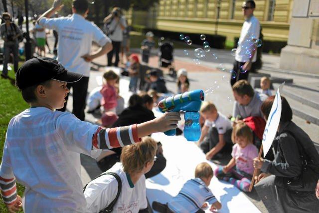 Karolina i Tomasz Elbanowscy już od kilku lat sprzeciwiają się wysyłaniu do szkół sześciolatków. Na zdjęciu wiec pod kancelarią premiera w 2011 r.
