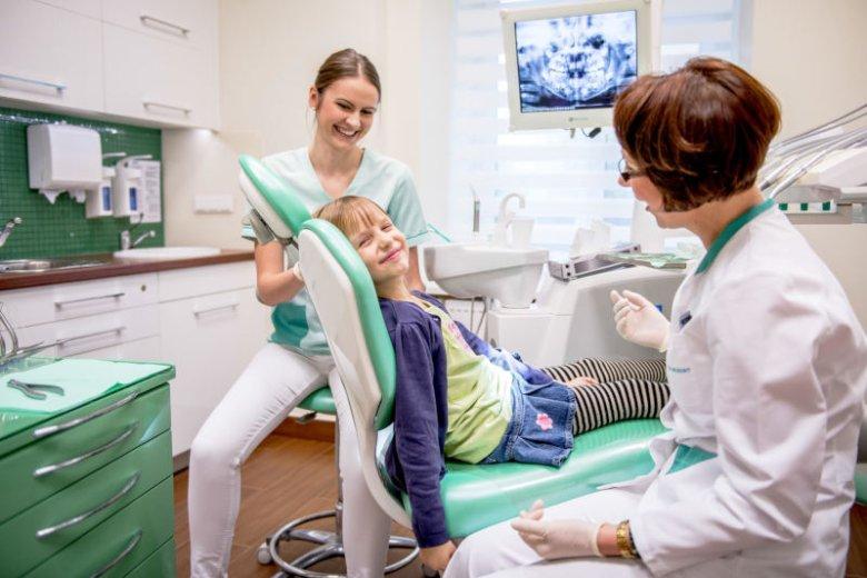 Idąc po raz pierwszy z dzieckiem do dentysty, wybierajmy klinikę, której personel ma doświadczenie w opiece stomatologicznej nad małymi pacjentami