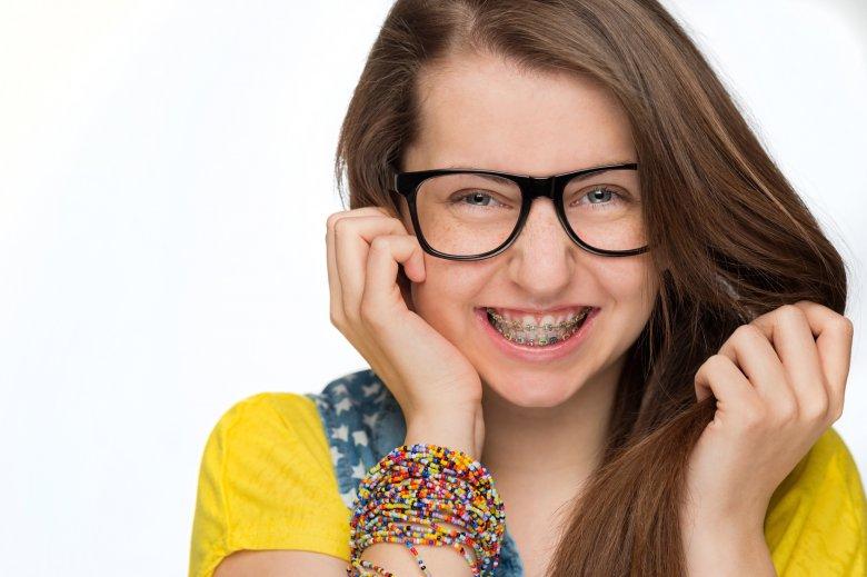 Aparat ortodontyczny coraz częściej traktowany jest jako modny dodatek