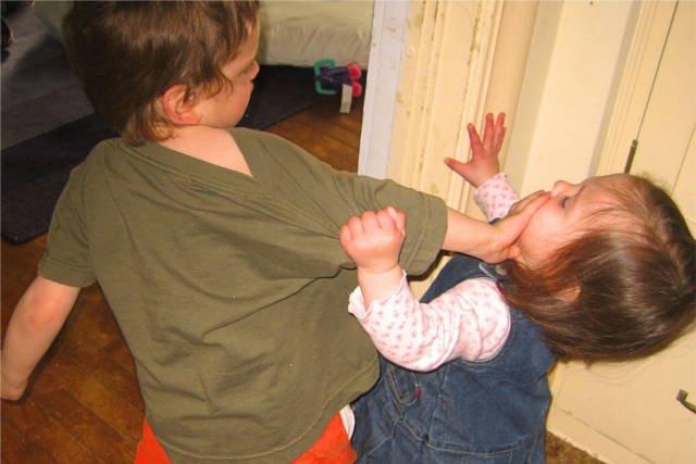 Dzieci się biją, a rodzice próbują ustalić winnego