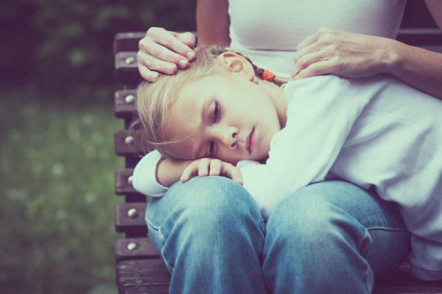 Rosnąca niechęć do szkoły, bóle głowy czy brzucha, stronienie od kontaktów z rówieśnikami - to mogą być symptomy tego, że naszemu dziecku ktoś dokucza w szkole