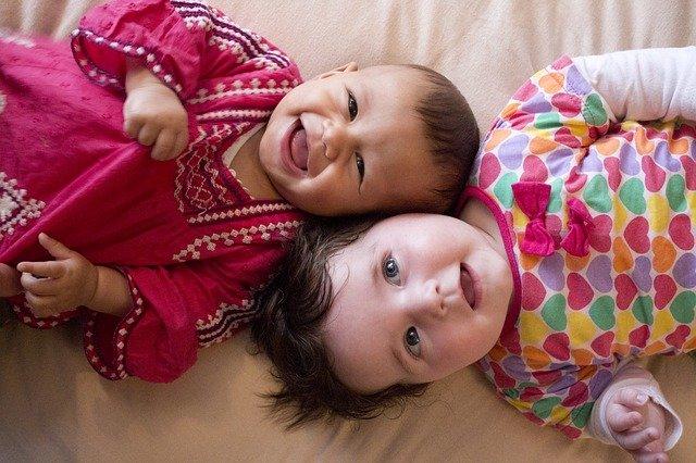 Fot. Pixabay / [url=https://pixabay.com/pl/kochanie-młody-uśmiech-dzieci-444950/]platinumportfolio[/url] / [url=https://pixabay.com/pl/service/terms/#usage]CC0 Public Domain[/url]