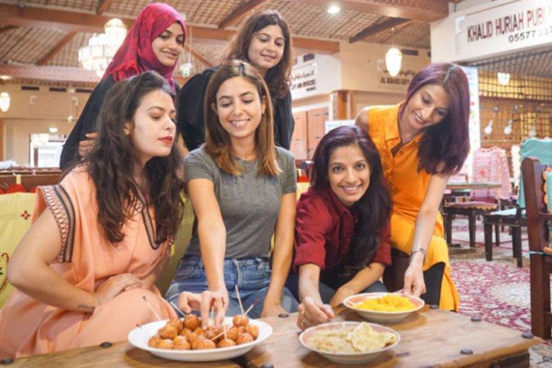 Frying Pan Adventures to kulinarna wycieczka po najbardziej oryginalnych dubajskich restauracjach. Na zdjęciu przewodniczki, które zajmują się oprowadzaniem turystów