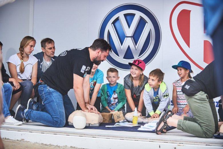 Nauka dzieci pierwszej pomocy w jednym z miasteczek programu ''Mali Ratownicy''