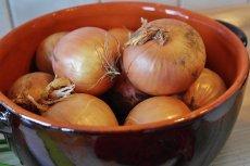 Jak nie płakać podczas krojenia cebuli? Jest prosta metoda