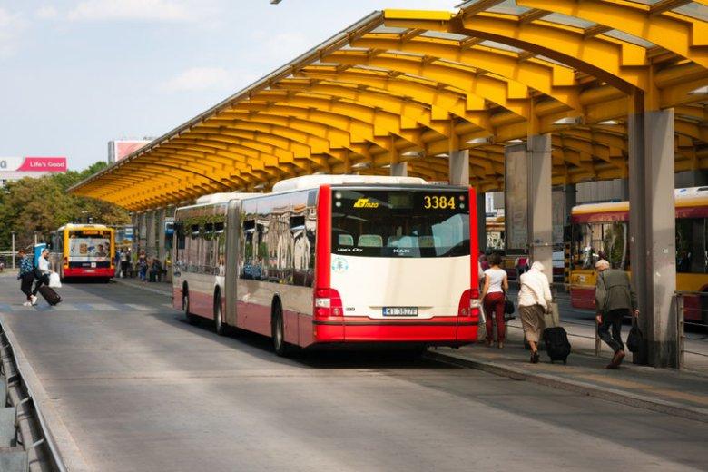 Kierowca zatrzymał autobus z powodu zachowania matki.