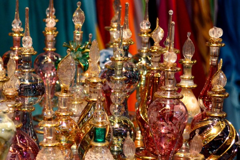 W perfumach sprzedawanych w Dubaju znajdziemy uważany za nawet najcenniejszy od złota wonny olejek eteryczny zwany oud