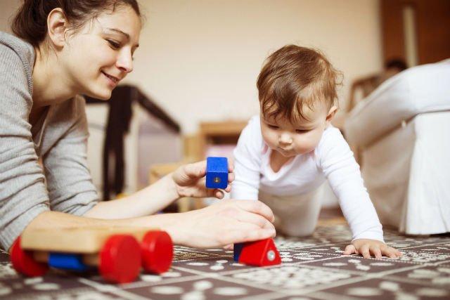 Po dwunastym miesiącu dziecko zaczyna układać klocki i dopasowywać kształty.
