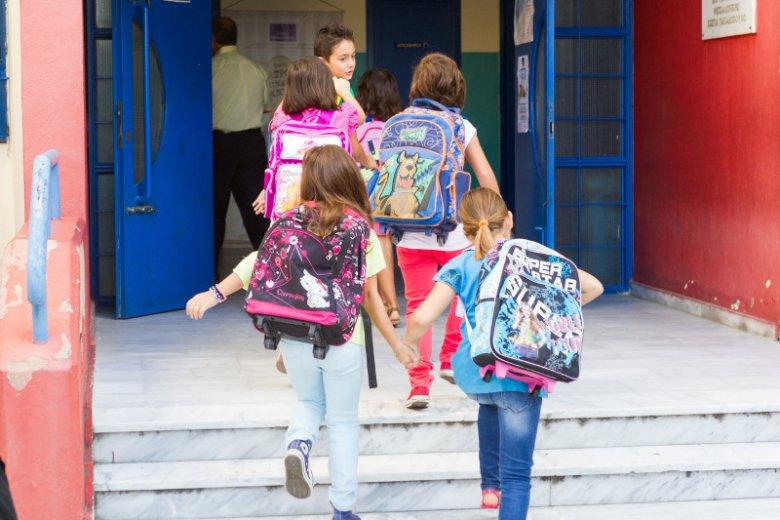 Ubezpieczenie szkolne to rodzaj polisy NNW, która zapewnia dzieciom ochronę od następstw nieszczęśliwych wypadków polegających na uszkodzeniu ciała, rozstroju zdrowia lub śmierci.  Jakie chcący ubezpieczyć dziecko rodzic ma alternatywy?