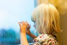 A może by tak łapać krople i malować palcem po zaparowanej szybie?