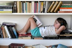 Żeby rodzic mógł normalnie obcować z kulturą, czasem musi zostawić dziecko w domu. Albo zabrać je na specjalny spektakl