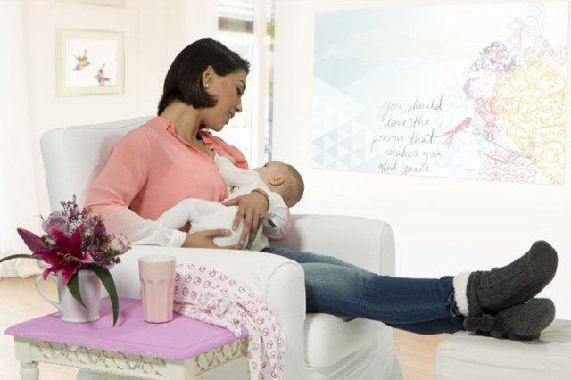 Karmienie piersią przynosi korzyści zarówno dziecku, jak i mamie. Jednak na temat tej czynności rodzą się szkodliwe mity