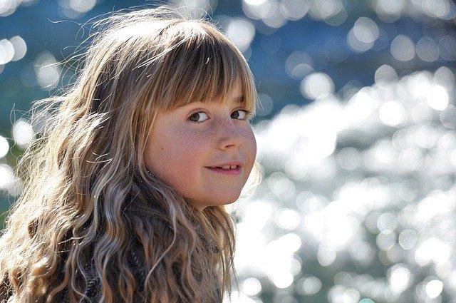 Fot. Pixabay/ [url=http://pixabay.com/pl/dziecko-dziewczyna-blond-542038/]Pezibear[/url] / [url= http://pixabay.com/pl/service/terms/#download_terms]CC O[/url]