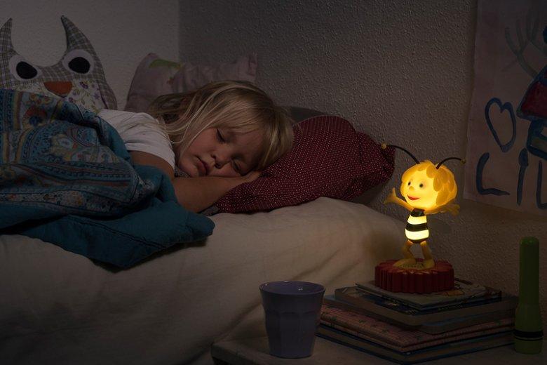 Pomóc w zaśnięciu dziecka może lampka nocna dająca delikatne światło. Na zdjęciu lampka w kształcie Pszczółki Mai marki VARTA. Produkt oferuje 2 tryby oświetlania i funkcję automatycznego wyłączania