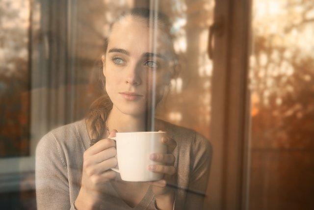 Fot. [url=http://www.shutterstock.com/pl/pic-88226770/stock-photo-beautiful-woman-drinking-coffee-in-the-morning-sitting-by-the-window-view-from-outside.html?src=4uP57JJP0zoW4nEoMWUCmw-1-141] Nikita Starichenko[/url]