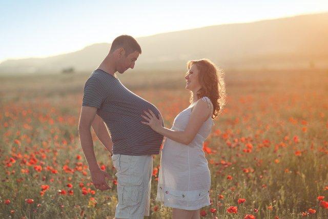 Panowie coraz bardziej angażują się w ciążę partnerki. Do tego stopnia, że sami chcą już rodzić.