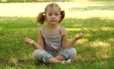 dziecko ćwiczy uwazność