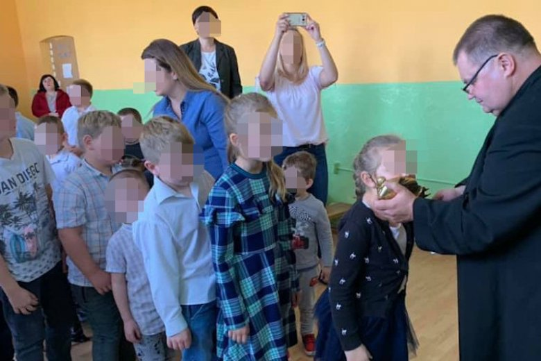 Zdjęcia z apelu w szkole podstawowej oburzyły internautów