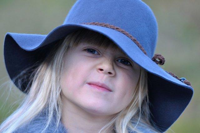 Fot. Pezibear/ [url=https://pixabay.com/pl/dziecko-dziewczyna-kapelusz-blond-542894/]Pixabay[/url] / [url=https://pixabay.com/pl/service/terms/#usage]CC0 Public Domain[/url] czasami tylko spokój może nas uratować