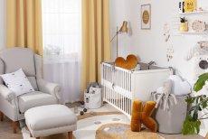 Wystrojone okno stanowi obok łóżeczka i tapety na ścianie wizytówkę dziecięcego pokoju. Komfort małemu dziecku zapewnią rolety lub zasłony zaciemniające