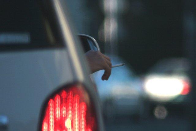 Kwestia palenia papierosów w obecności dzieci w samochodzie wzbudza jeszcze więcej emocji niż samo palenie przy dziecku.