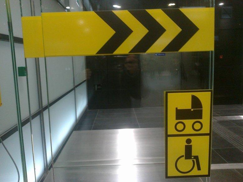 Oznaczenia adresowane do rodziców obecne na stacjach II linii metra.