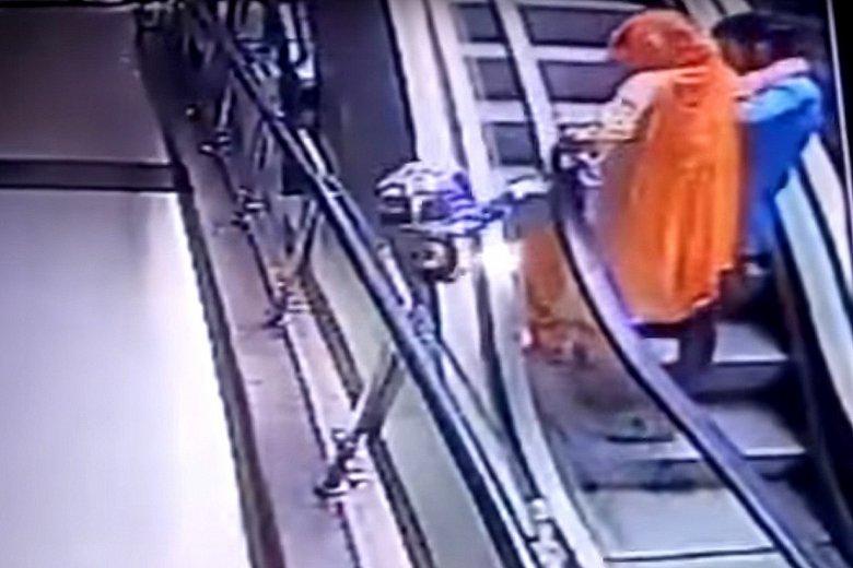 W centrum handlowym dziecko wypadło z rąk matki na ruchomych schodach.
