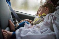 Mama Pediatra przestrzega przez zostawianiem dzieci w aucie