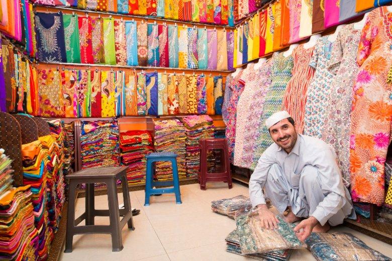 Targ Naif, jeden z najstarszych targów w Dubaju, to dobre miejsce na odkrywanie arabskiej tradycji i kultury. Dawniej handlowano tu wielbłądami, a dziś można znaleźć ponad 100 sklepów i straganów z m.in. tekstyliami i wyrobami skórzanymi