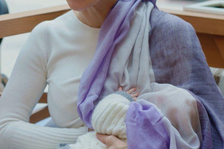 Wiele kobiet na czas karmienia piersią przykrywa dziecku głowę