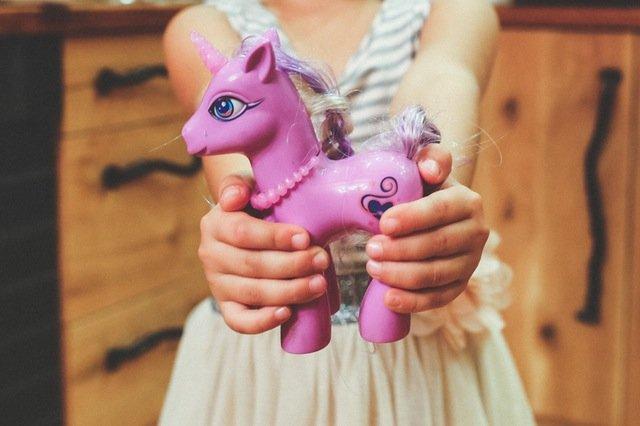 Fot. Pexels / [url=https://www.pexels.com/photo/child-holding-unicorn-toy-6191/]kaboompics[/url] / [url=https://www.pexels.com/photo-license/]CC0 License[/url]