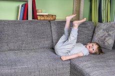 Dziecko leży na kanapie? Zmień to. Obowiązki domowe 3-latka.