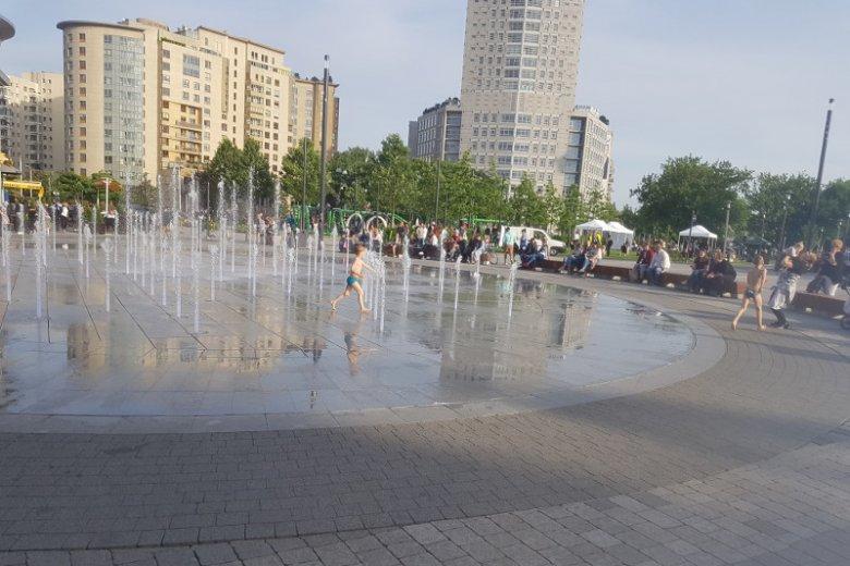 Jeszcze na dobre nie zaczęło się lato, a w fontannach miejskich już kąpią się dzieci
