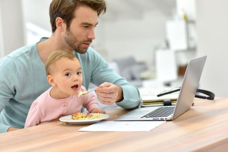 Mężczyźni coraz chętniej wybierają się na urlop ojcowski. Z dwutygodniowej przerwy w pracy związanej z opieką nad maluchem, korzysta 64 proc. pracujących panów