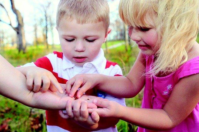 Fot. Pixabay/[url=https://pixabay.com/pl/dzieci-ch%C5%82opiec-dziewczyna-441895/]mcconnmama[/url] / [url=  http://pixabay.com/pl/service/terms/#download_terms]CC O[/url]