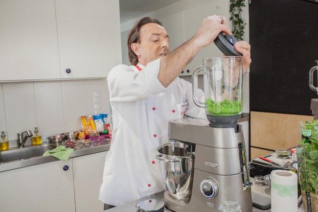 Blendując groszek w  robocie planetarnym Kenwood Chef XL Titanium starajmy się nie doprowadzić do uzyskania gładkiej masy. Ważne jest to, aby w puree był wyczuwalny groszek.