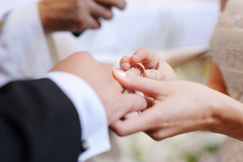 Na której dłoni powinno się nosić obrączkę?