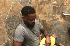 Nauczyciel z Florydy, Donte Palmer pokazał, jak wygląda przewijanie dziecka w męskiej toalecie.