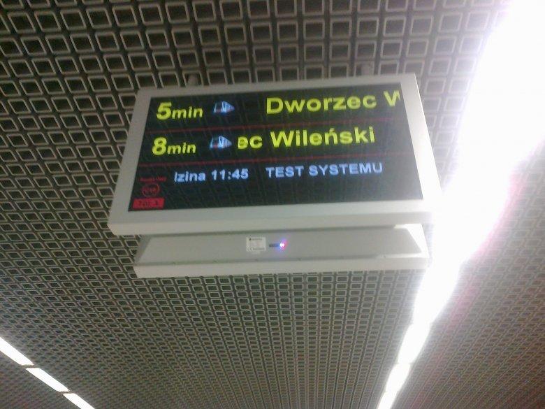 Ekrany z informacjami o przyjeździe pociągów przypominają te z I linii metra.