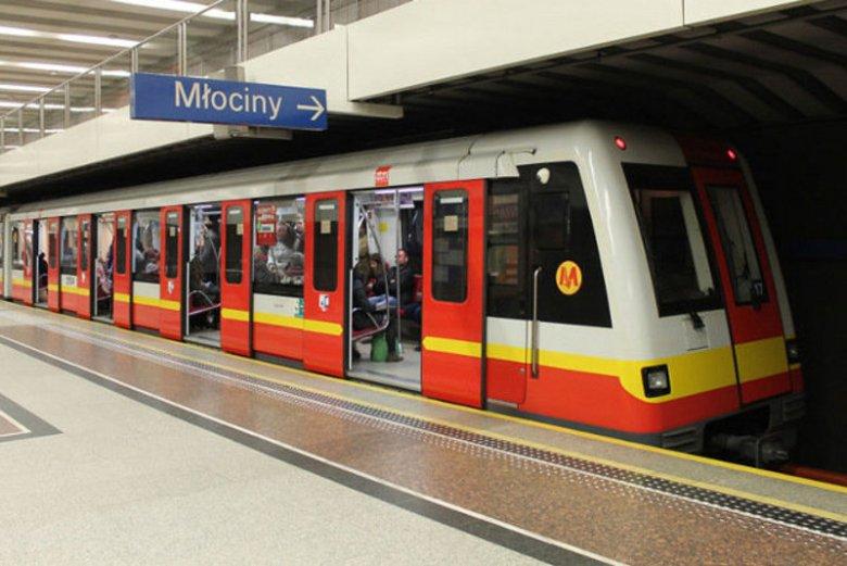 Warszawskie metro, kto komu ma ustąpić miejsce siedzące?