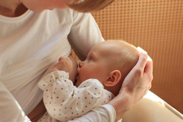 Kobieta, która nie rodziła też może karmić piersią. Jak wywołać laktację?