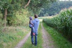 Spacer z dzieckiem sprzyja szczerym rozmowom.