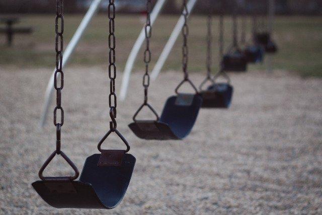 Fot. Pixabay /[url=https://pixabay.com/en/swing-playground-park-fun-outdoors-1178355/] blr60[/url] / [url=https://pixabay.com/en/service/terms/#usage]CC0 Public Domain[/url]