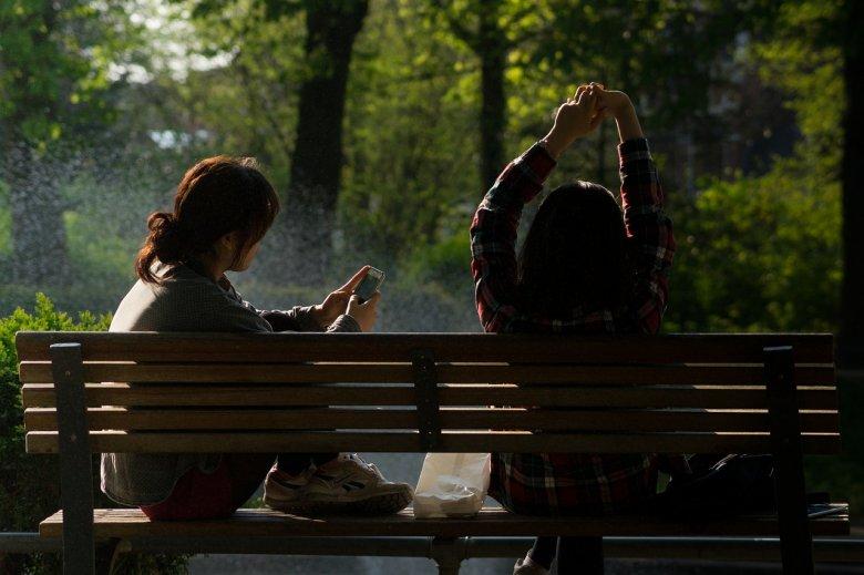 Fot. Pixabay/ [url=http://pixabay.com/pl/%C5%82awka-park-bench-dziewczyny-384611/]Skitterphoto[/url] / [url= http://pixabay.com/pl/service/terms/#download_terms]CC O[/url]/ Spotkania na placu zabaw mogą przyprawić o ból głowy