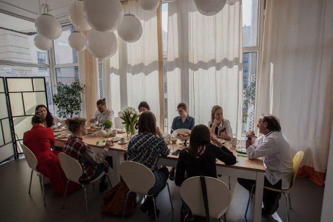 Kuchenne wyzwanie wzbogacone rozmową przy stole z udziałem gościa specjalnego.