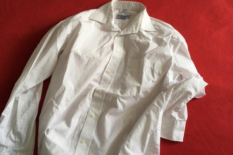 Jak usunąć żółte plamy z białej bluzki? Domowe sposoby.