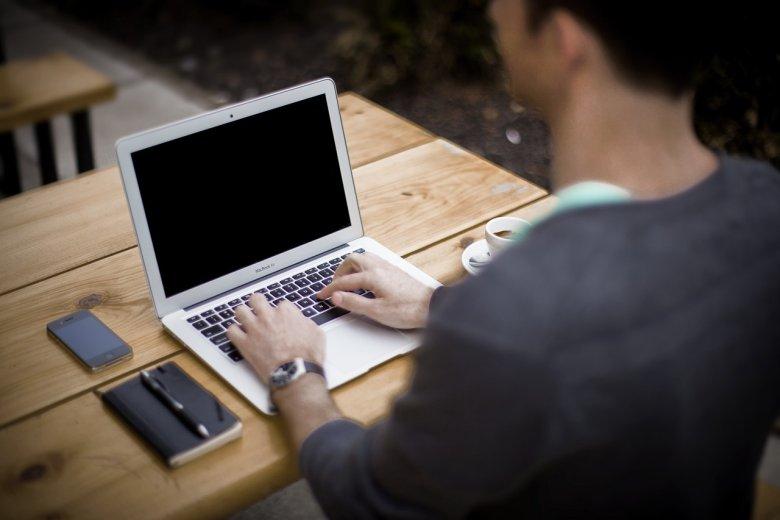 Fot. Pixabay/ [url=http://pixabay.com/pl/blogi-blogger-urz%C4%85d-biznesu-336376/]Unsplah[/url] / [url= http://pixabay.com/pl/service/terms/#download_terms]CC O[/url] Czy słyszałaś o programach partnerskich?
