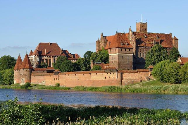 Zamek w Malborku to przykład średniowiecznej architektury obronnej