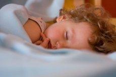 Jak nauczyć spać dziecko we własnym łóżku?